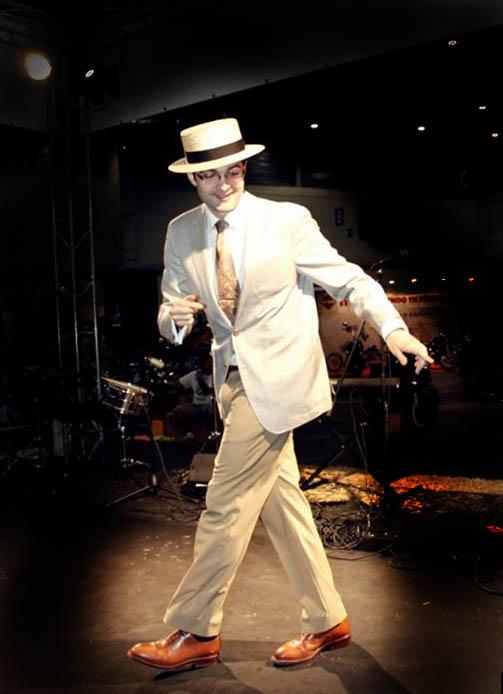 Bailando Swing con sombrero canotier